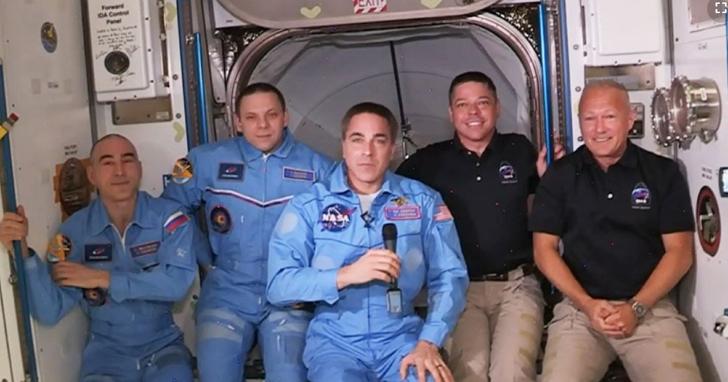 SpaceX飛龍2號成功對接國際太空站,兩名太空人與太空站工作人員合照