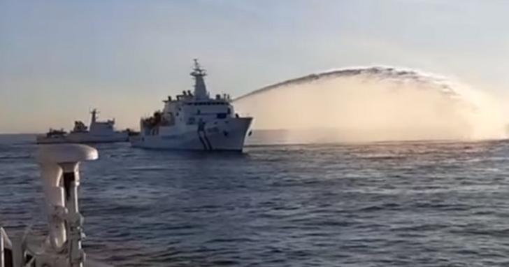 中國海砂船凌晨盜海砂,海巡署秀出2艦2艇戰術包夾、高壓水砲壓制登船扣押影片