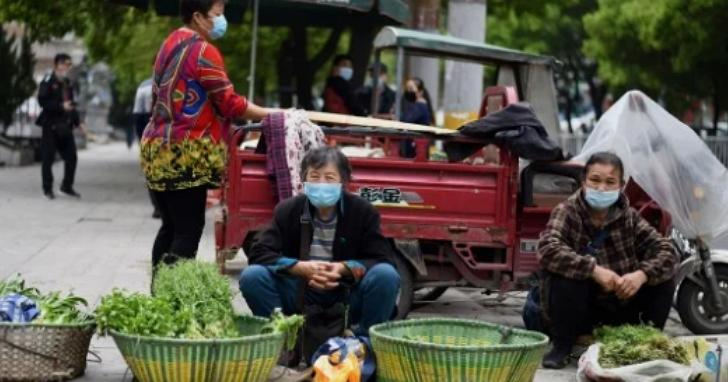 在中國被打罵十多年的地攤突然捧為經濟救世主,連馬雲都被報導擺攤賣襪子起家、劉強東少年還賣大補帖