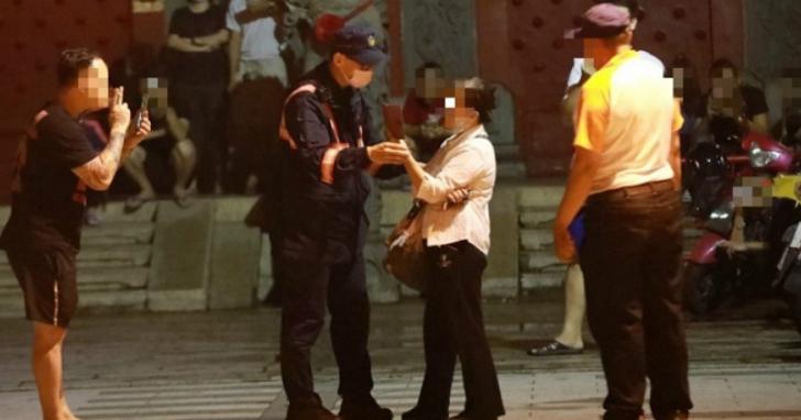 台南檢舉達人「蘇大媽」被廟宇列為不受歡迎人物後,在寺廟外襲警移送地檢署偵辦
