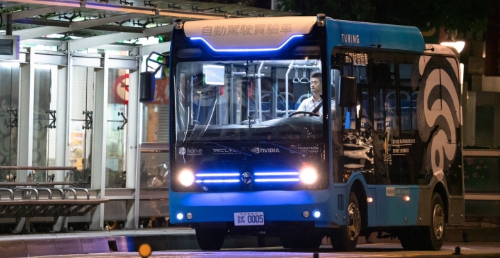 「幽靈巴士」來了?台北自駕巴士已經在信義區深夜時段運行測試
