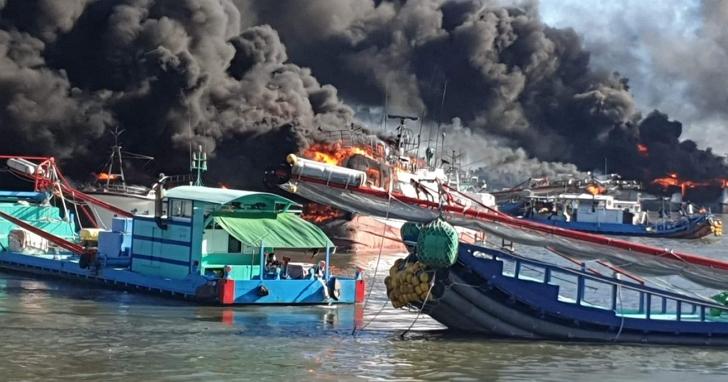 屏東大火連燒10艘漁船,黑煙蓋滿鹽埔漁港損失估計上億元