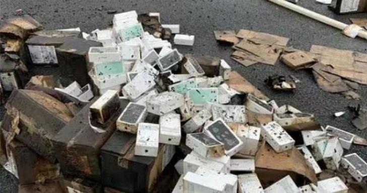 高速公路上貨櫃車翻覆起火!2萬部iPhone 11被車碾過、燒毀、水淋,損失恐上億