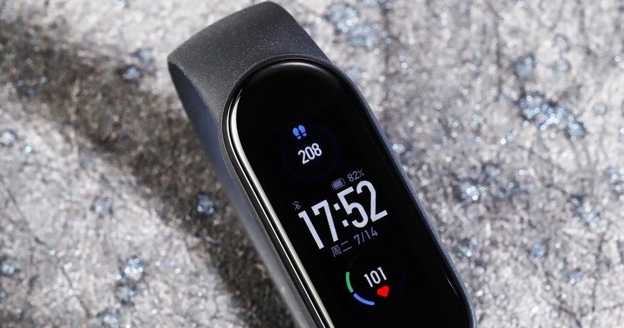 小米手環 5 值得買嗎?1.1吋動態彩色大螢幕、磁吸式充電有感進化、價格1000 元有找