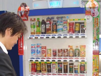 自動販賣機驚奇!會做咖啡拉花,還有附免費 Wi-Fi