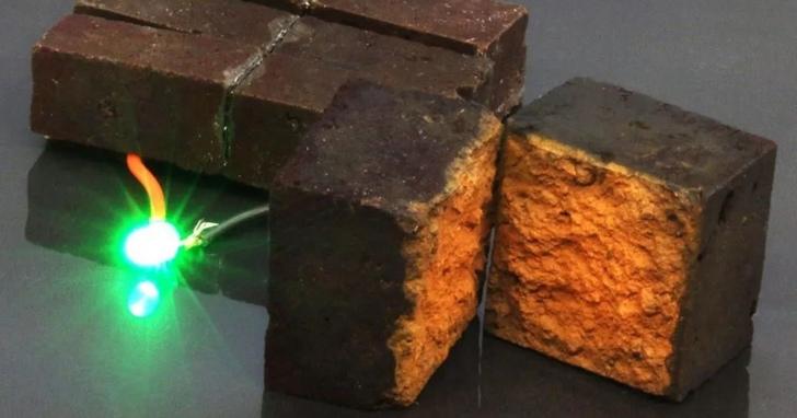 磚頭變「行動電源」?!3塊磚讓LED燈亮10分鐘,再也不怕停電了