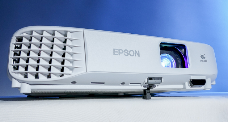 Epson EB-E01 投影機實測:3,300 流明彩色亮度高 CP 值真正亮,商務、教育、會議多元應用優質選