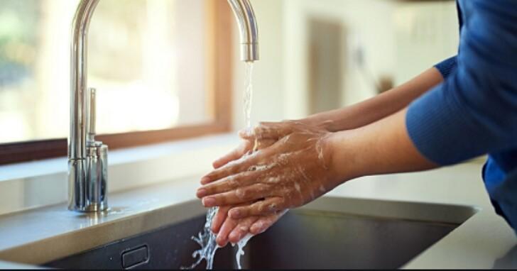 洗完手懶得擦乾很母湯,Dyson 研究顯示:濕手比乾手更危險