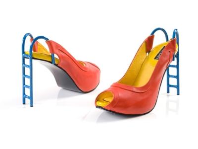 高跟鞋大搞時尚歪風,把溜滑梯、香蕉皮與彈弓穿在腳上