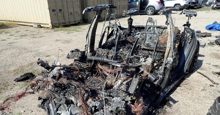 這場震驚世界的特斯拉「無人駕駛」死亡車禍真相大逆轉,特斯拉跟我們可能都被警察騙了