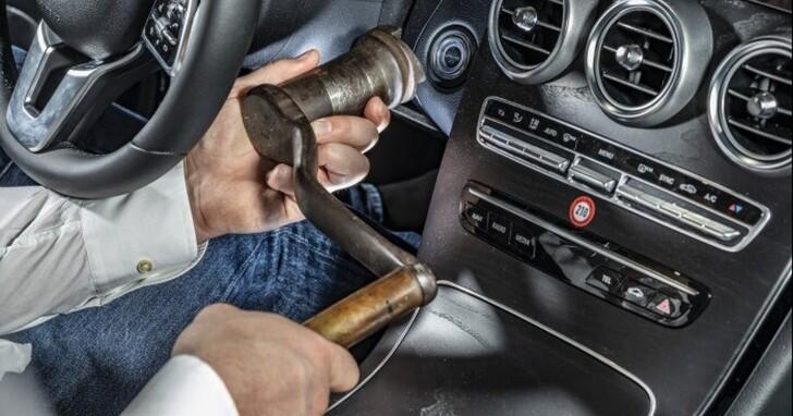 汽車鑰匙演化史,從「搖把」怎麼進化到現在的「零接觸」