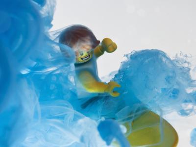 樂高小巨人變身藍色墨水中的衝浪手,這個特效有看頭