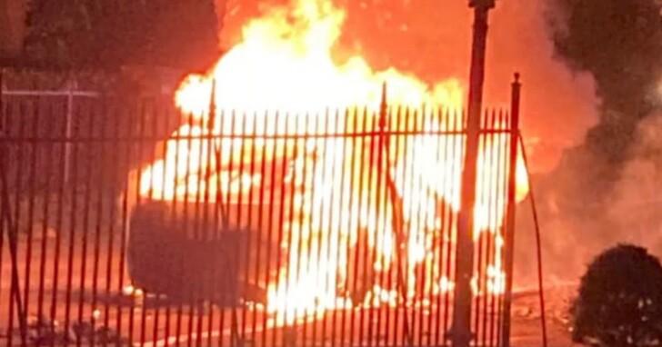 特斯拉 Model S Plaid才上市一週就燒成骨架!詭異的是熄滅後卻找不到車主