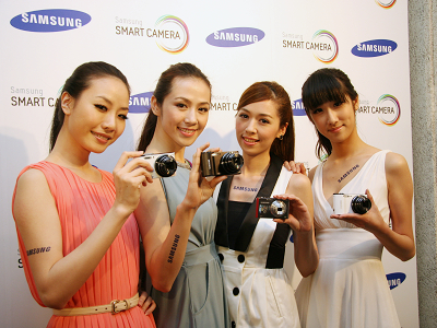 Samsung Smart Camera,相機直接連 FB、手機,也能自動備份