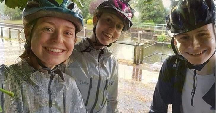 英國三兄妹在大樹下躲雨拍下這張自拍,第二張照片遭遇雷擊拍下恐怖瞬間
