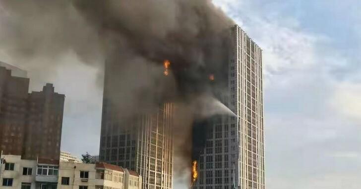 大連市當地地標建築凱旋國際大廈發生火災,燒成巨大的火炬、近兩千人撤離