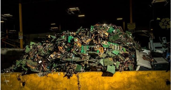 研究人員指出,目前每筆比特幣交易產生的電子垃圾,相當於扔掉兩部iPhone 12 mini