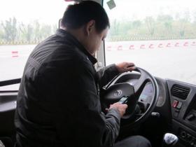 立法通過,開車玩手機罰三千、騎車罰一千,你以為如何?