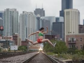 淡定「一字馬」跳躍!看隱身街頭的舞者展現絕佳舞技