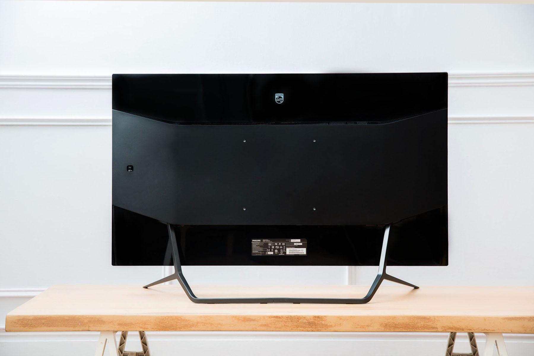 美麗的三段式背板設計,透過上、下兩區鏡面質感,搭配中間啞黑材質,創造出 436M6VBRAB 沉穩靜謐的風範。