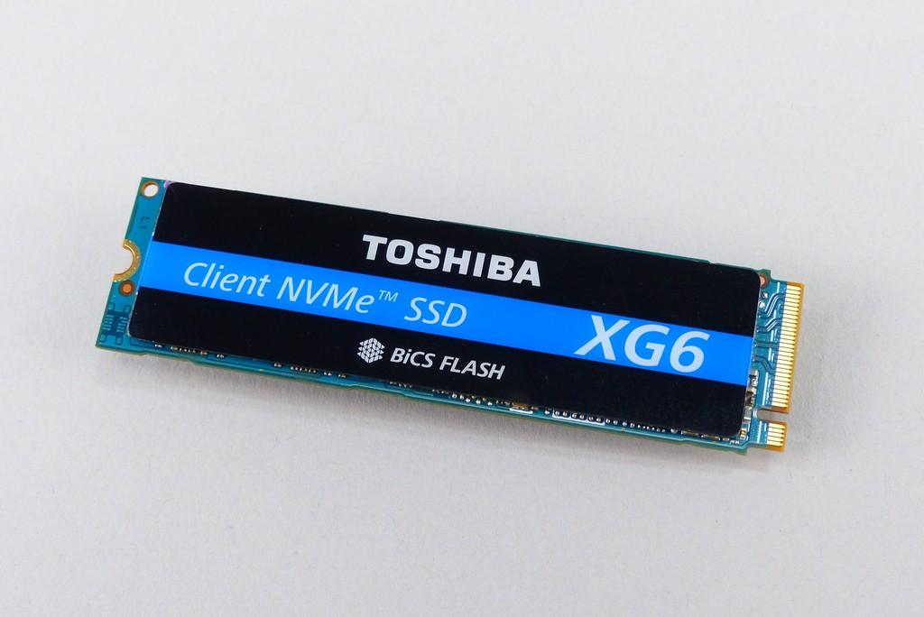 Toshiba XG6 1TB 媒體測試品預先貼上 1 張壓克力貼紙,市售產品不包含這個部分,之後測試時也會移除