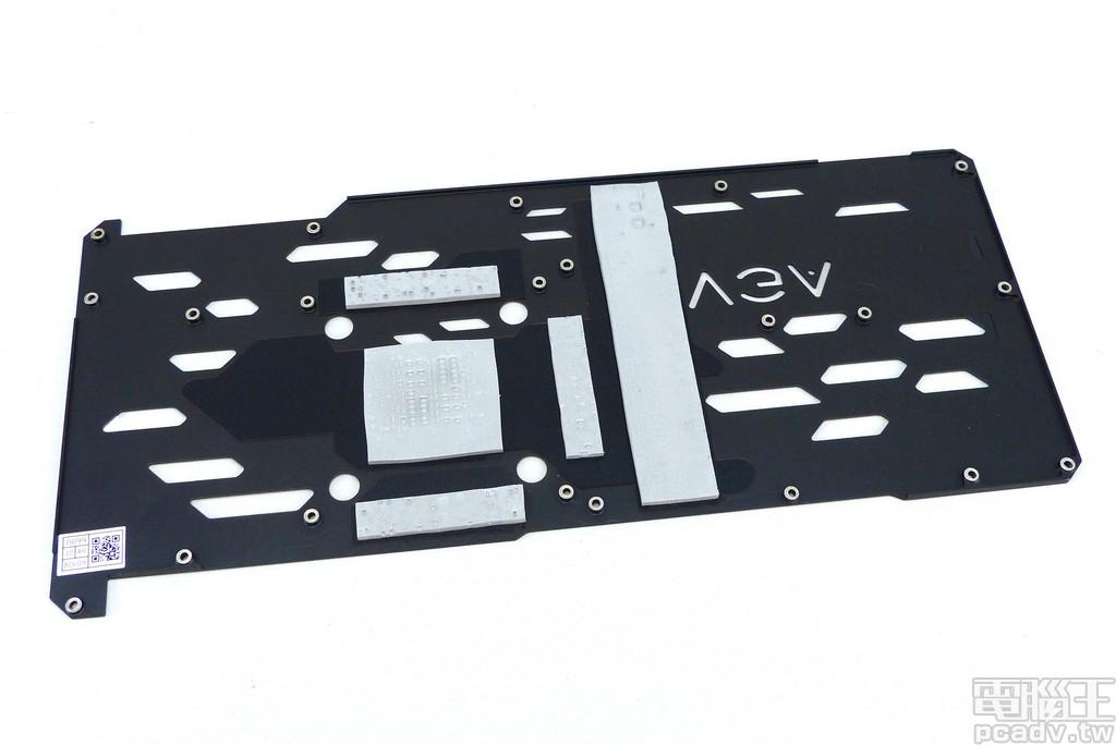 金属背板于 GPU、记忆体、供电转换处贴上导热垫