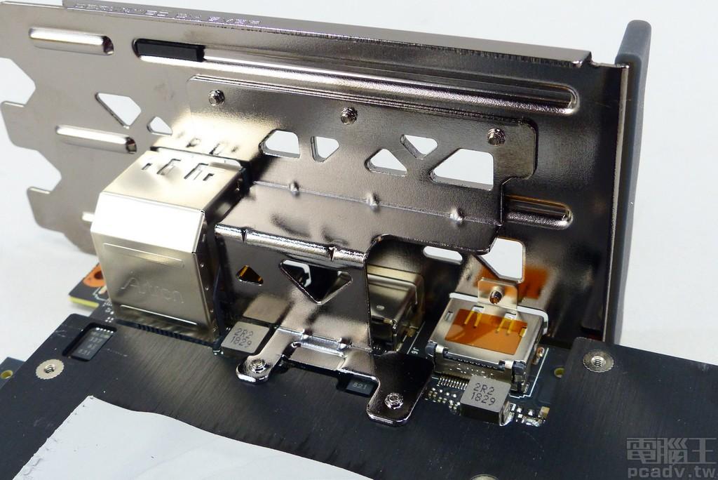 正面金属板额外采用金属支架锁附至档板,供应支撑力道