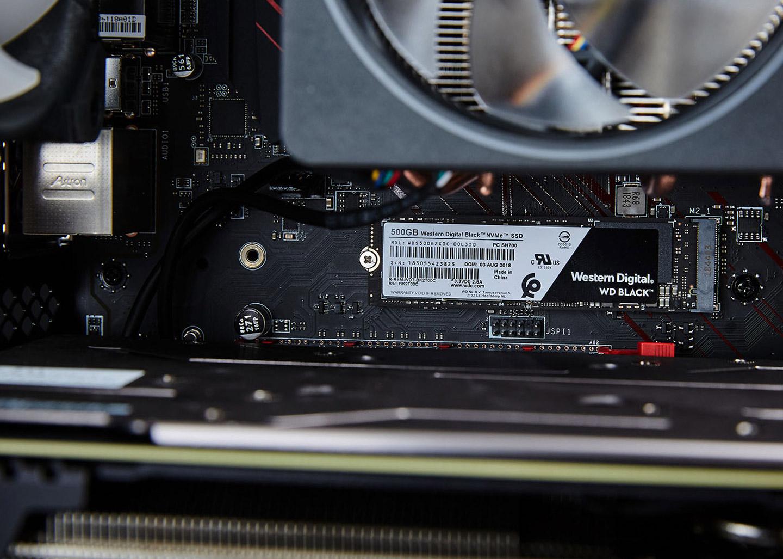 在 CPU 旁可看到 M.2 介面的 WD 黑標 NVMe 500GB SSD。