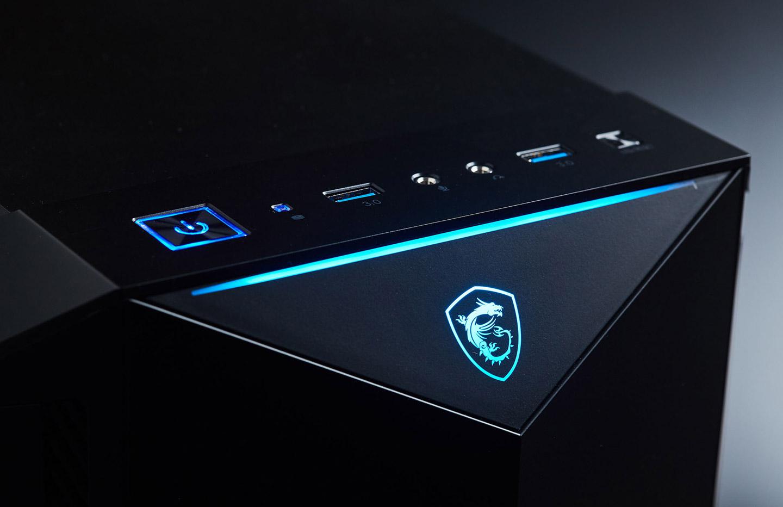 看完內部零組件後,接著就來開機吧!機身前面板可看到預設的藍色燈效,除了龍魂圖騰,頂端也多設計了一道光條,再往上一點的 I/O 埠區則只有電源鈕有燈效設計。