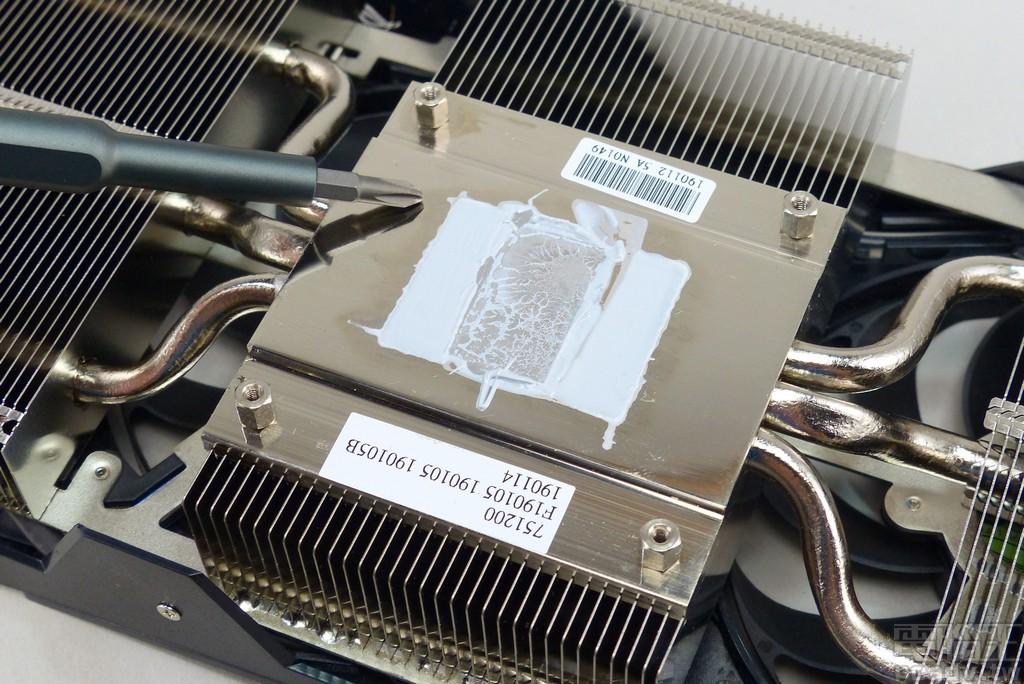 MaxContact 技術研磨拋光與晶粒接觸的銅質鍍鎳底座,增加接觸面積(微觀而言)降低熱阻,並利用 3 條 6mm 熱導管貫穿鋁鰭片