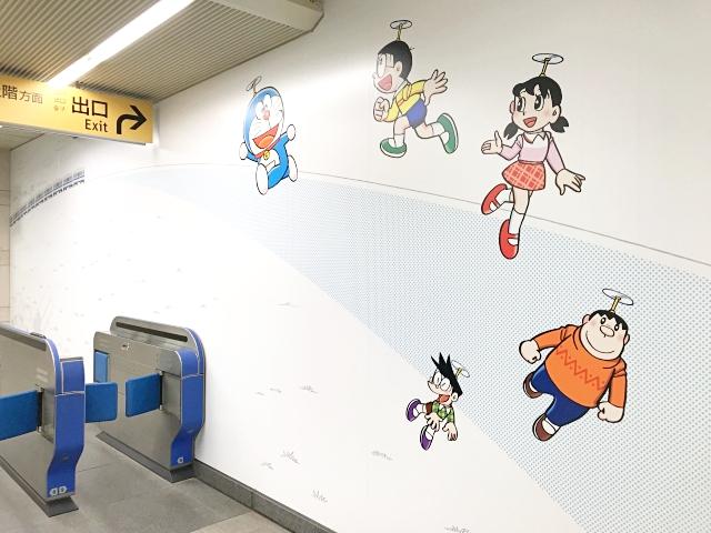 「哆啦A夢」迷必朝聖!日本神奈川「小田急線登戶站」打造卡通車站、任意門電梯