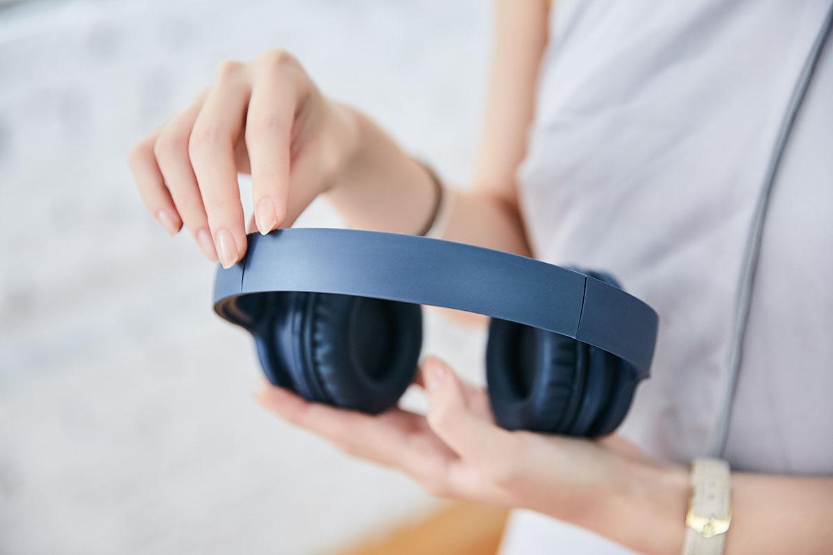 �帶外部採用輕盈的消光塑料材質,能有效減輕佩戴時的�部壓迫感。