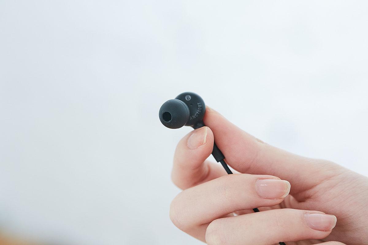 而耳機驅動單元所在位置的外部機殼,則標示了左右聲道以及產品型號。