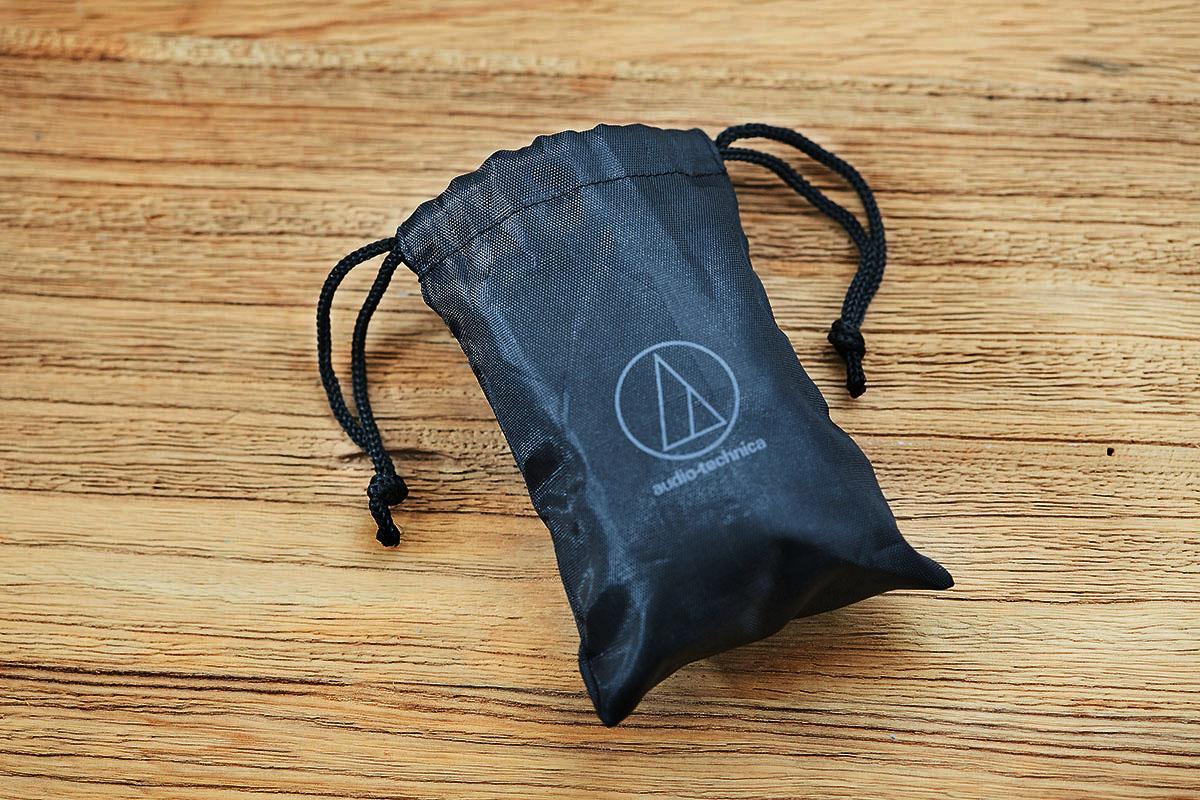 隨盒也附贈了一只束口式收納袋,外部同樣以斗大的品牌商標做裝飾,�配表面的編織紋路展現細膩的質感。