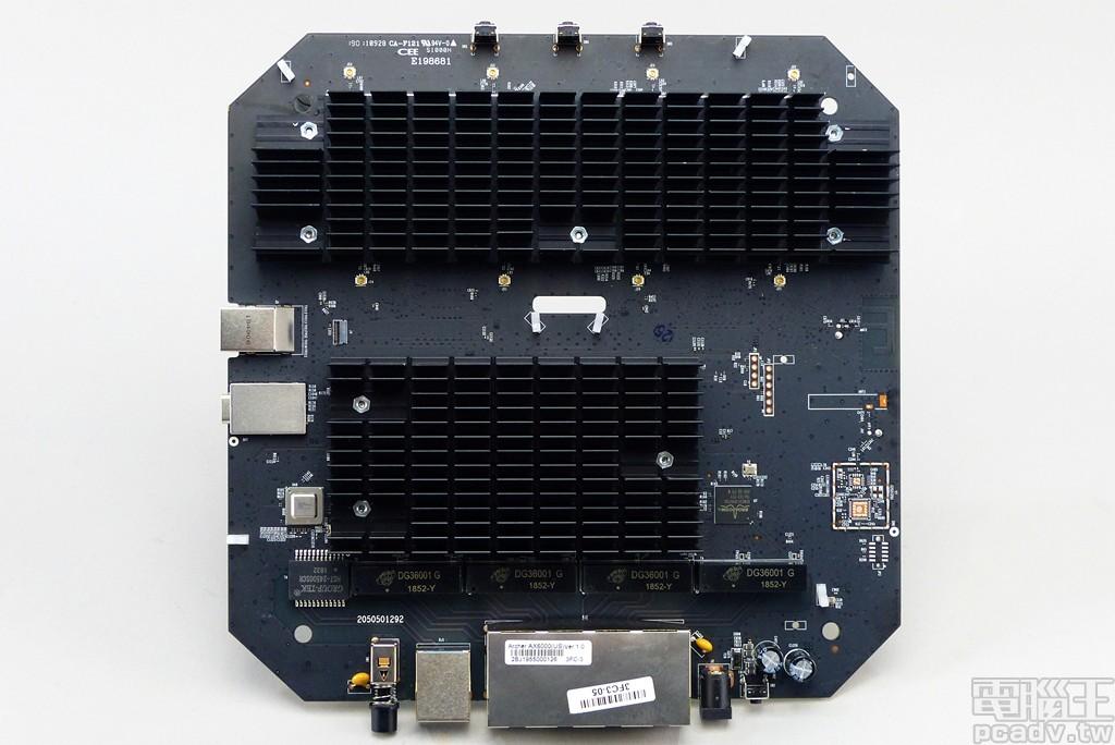 ▲ Archer AX6000 電路板正面,2 個大型散熱片分別負責網路 SoC 和無線網路晶片。