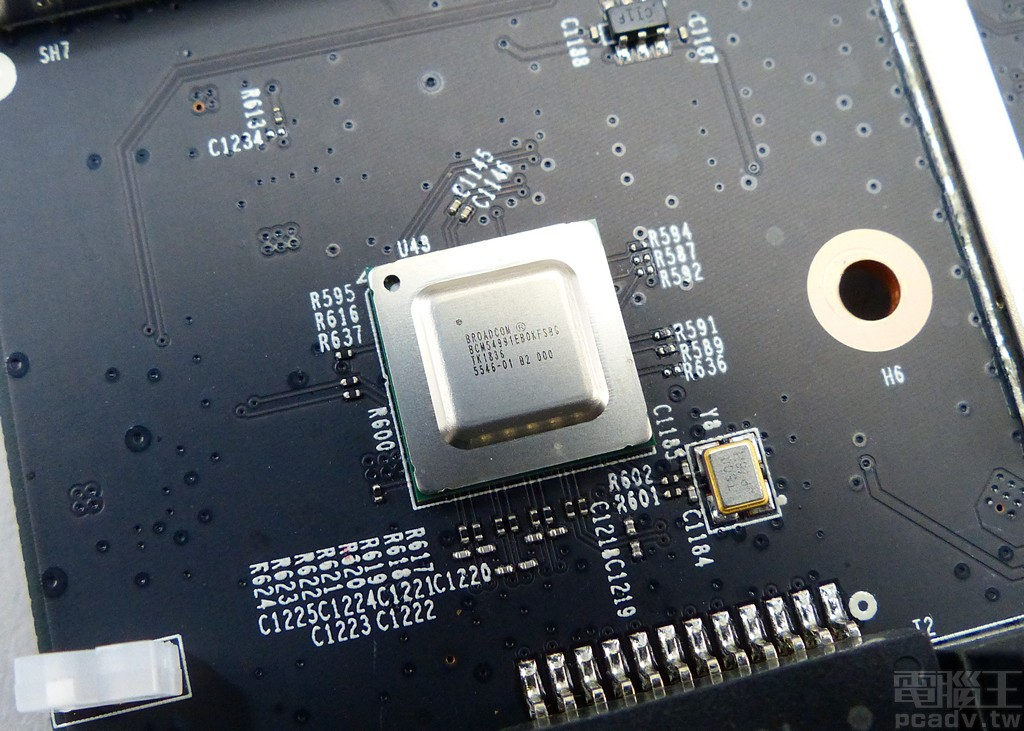 ▲ BCM4908 的 SGMII+ 介面加裝 1 個 BCM54991E 實體層晶片,負責 Archer AX6000 的 2.5Gbps WAN。