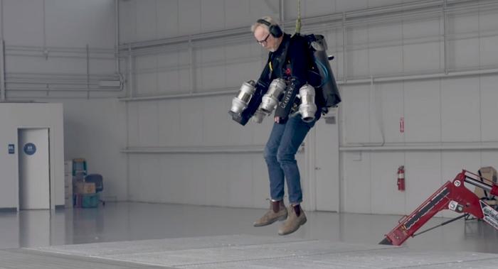 流言終結者Adam Savage 自製了一套鋼鐵人戰衣,防彈又會飛的那種