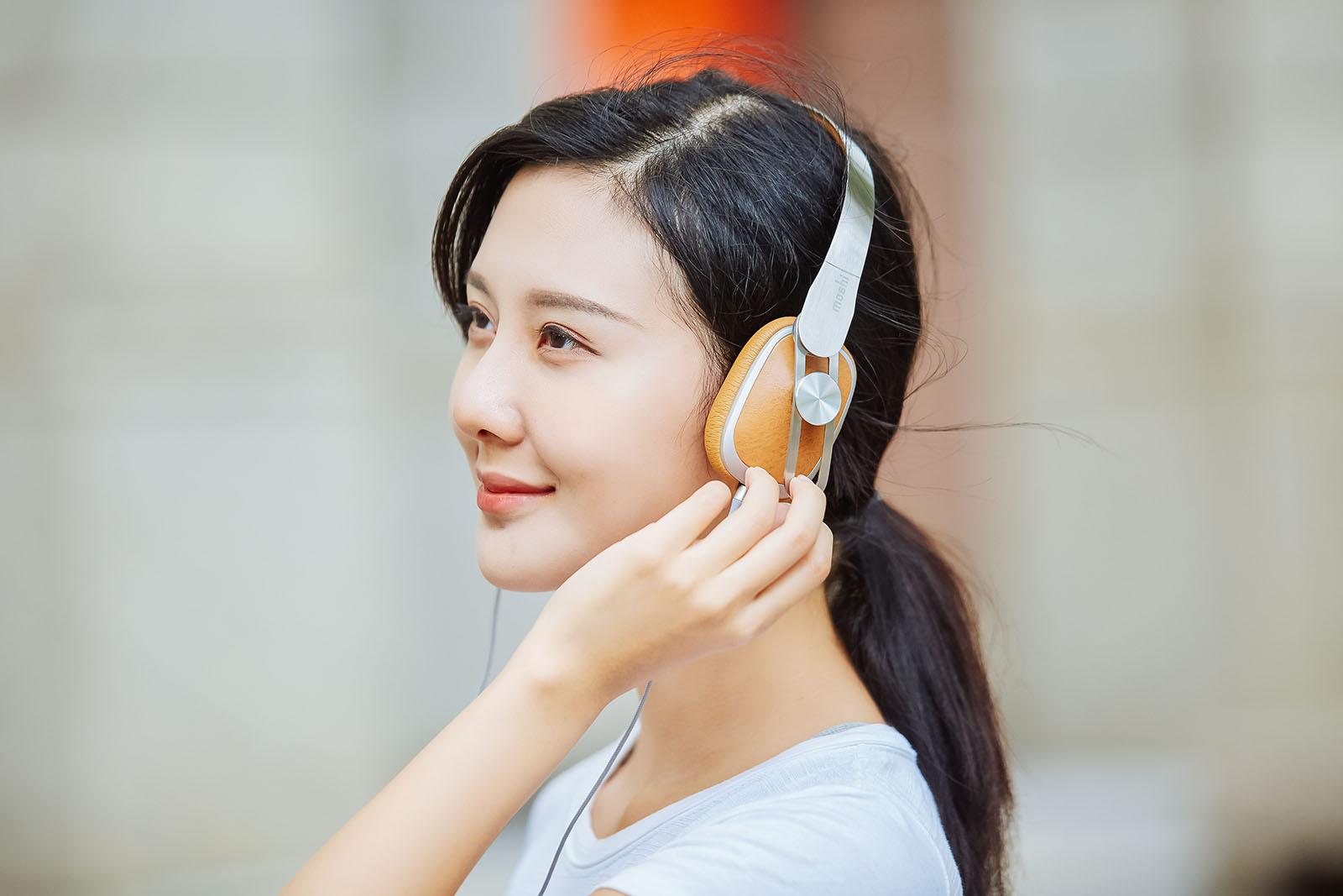 首先來看看 Moshi Avanti C 這款典雅的耳罩式耳機,�計上原廠大膽地將洗鍊的金屬與細緻的皮革兩種不同材質混�在一塊,整體看來有些復古感但換個角度卻又散發出科技前衛風,可以說無論是哪一種造型穿�其實都很好配。
