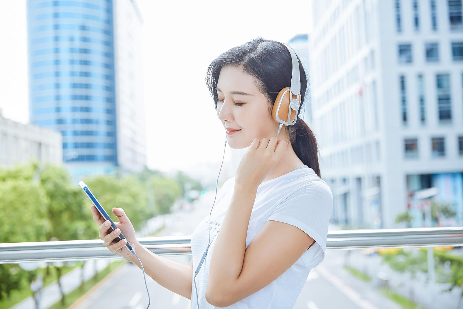 耳罩皮革經貼心的透氣處理,即使久戴也不容易感到悶熱,貼耳式�計則能達到不錯的隔音效果,大街上人來人往又如何,隨手打開音樂,瞬間就沉浸在美好的音樂世界裡。