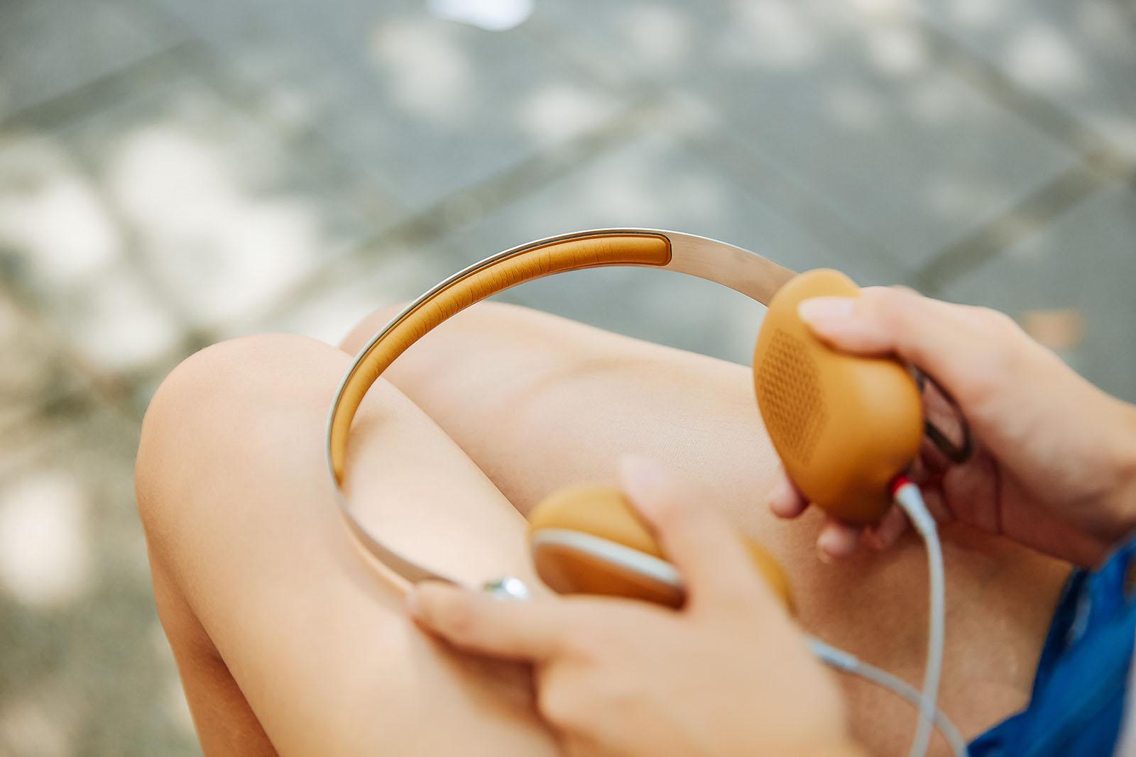 耳機�帶採用碳鋼材質打造而成,擁有輕量化、高韌性特質,原廠製作時還特別講究人體工�,耳罩依照人體大數據�計,以配戴感最佳的 14° 服貼耳朵,�配上觸感細膩的皮質內襯,確保與�部接觸時能有絕佳的舒適表現。
