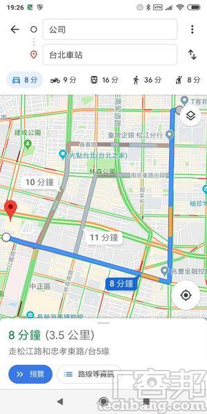 原版 Google Maps 的介面較為圓潤,有動畫效果且上方的地點搜尋框較寬。