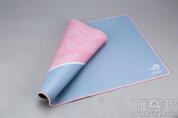 ROG Sheath滑鼠墊以大面積的灰色為主,於長時間使用下,較不易顯髒,而左側則配上粉色及印上各種ROG標語。