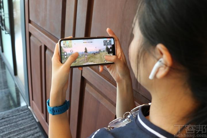 二代 AirPods 開箱動耳聽:用 Hey Siri 聲控好方便、吃雞追劇影音不延遲
