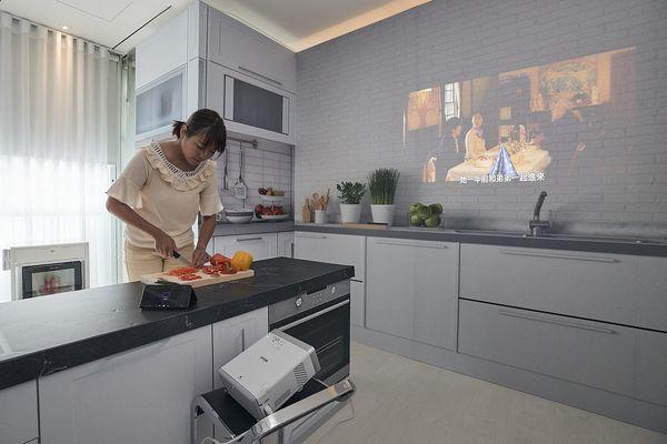 Epson EF-100自由「視」移動光屏顛覆登場 開啟影音自由「視」界