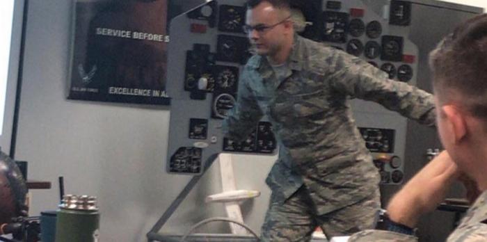 因為鄉民企圖用火影跑闖入51區的活動,導致美國空軍在�式簡報�開始解釋什麼是火影跑
