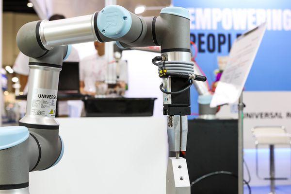 UR3e 協作型機器人進行2D視覺辨�螺絲鎖附應用