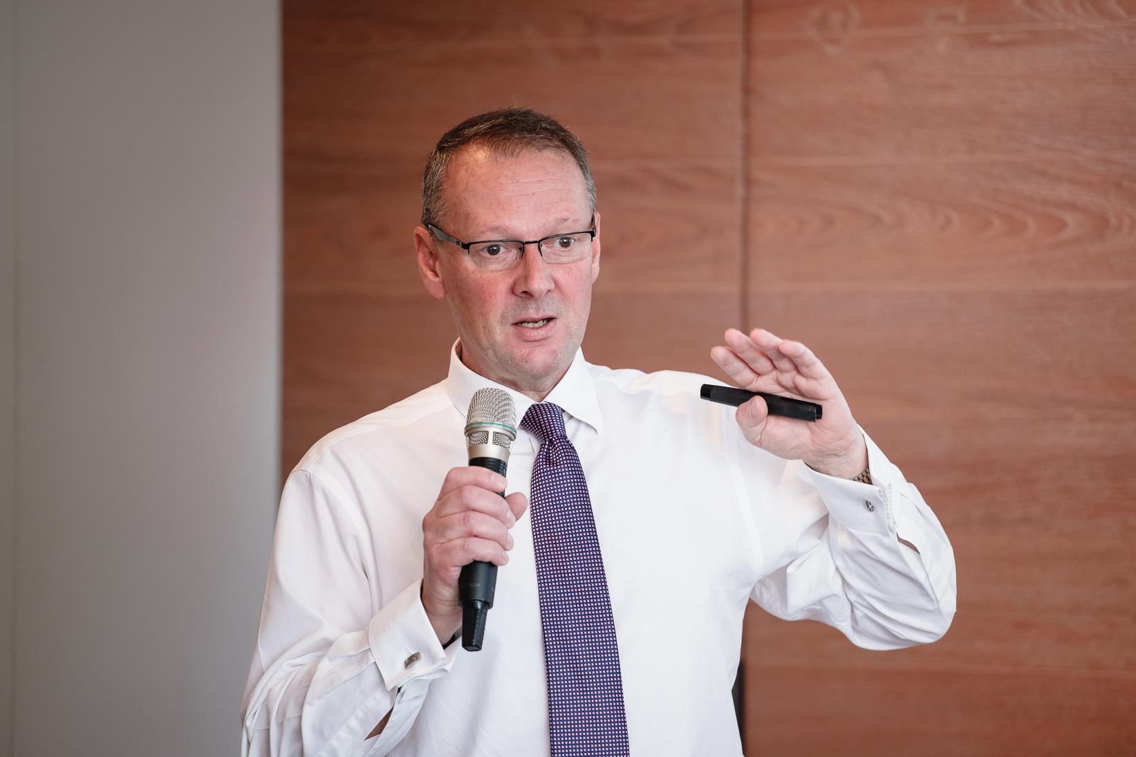 英國IBM Lloyds Banking Group 客戶合夥人暨全球Thought Machine �務領導人Simon Ward分享�洲百年銀行Lloyds Bank與IBM聯手上雲,打破傳統銀行的束縛,加速創新金融服務動能