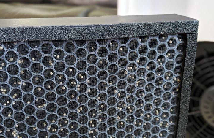 另一面為活性炭濾網,內部的網格可看到許多活性碳顆粒,用來吸附有機揮發物與氣味。