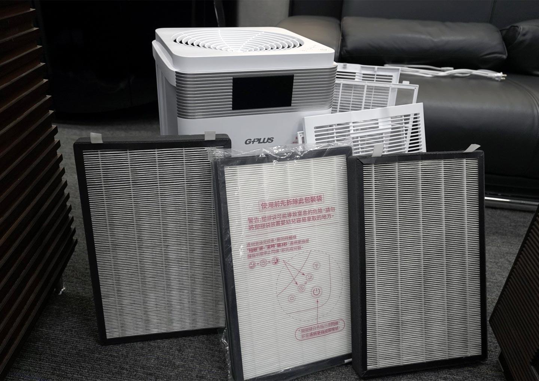 這裡我們也附上一組 G-Plus Pro 1000 使用約三個月的濾網,與未拆封的濾網作為對比,可以明顯看到顏色上的顯著差異也證明 Pro 1000 強效過濾空氣中看不見的細懸浮微粒的實力。這裡也特別說明,這組濾網使用的環境為一般辦公室,平常在空氣品質偵測器測得的 PM 2.5 的數字為 6 - 9 之間,不過事實上空氣中也有更細小的 PM 0.3 與較大的 PM 10,因此會建議大家持續保持空氣清淨機 24 小時運轉,才能將空污源一網打盡!