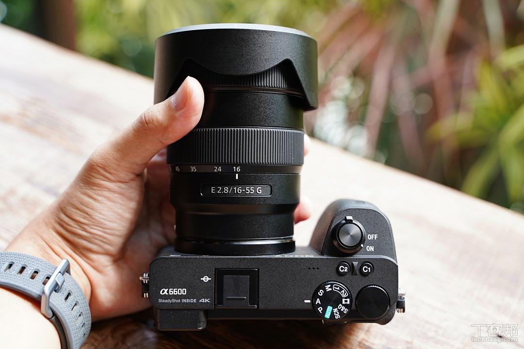 Sony a6600 搭配 APS-C 新鏡皇 16-55mm F2.8 G,體積比起想像中還要輕巧。